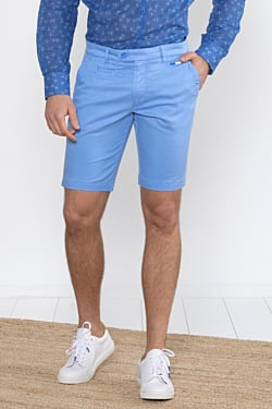 Bermuda azul claro de hombre
